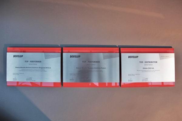 Develop Award aus farbig hinterlegtem Plexiglas und Edelstahl