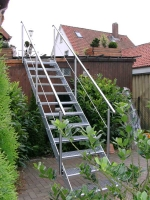 Feuerverzinkte Stahltreppe mit Handläufen und Pfosten aus Edelstahl