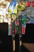 Tannenbäume aus wetterfester Siebdruckplatte mit Blechdosen benagelt