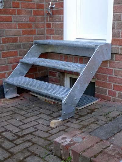 treppe aus feuerverzinktem stahl mit gitterroststufen und einem. Black Bedroom Furniture Sets. Home Design Ideas