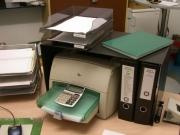 Erweitern Sie Ihre Schreibtischfläche mit dieser Schreibtisch-Brücke