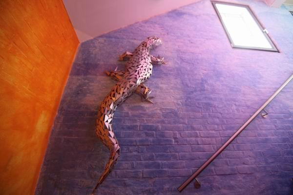 Riesenechsenskulpturen aus kleinen Dreiecken zusammengeschweißt