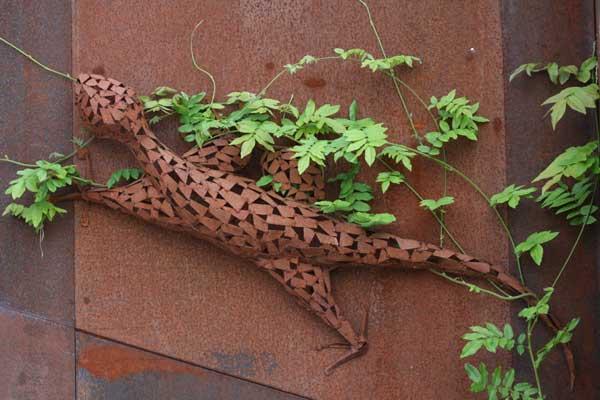 Skulptur einer Echse aus rostigem Stahlblech