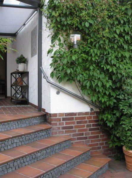 Terrasse Um Die Ecke : Handlauf aus lackiertem Stahl, einmal um die Ecke gef u00fchrt