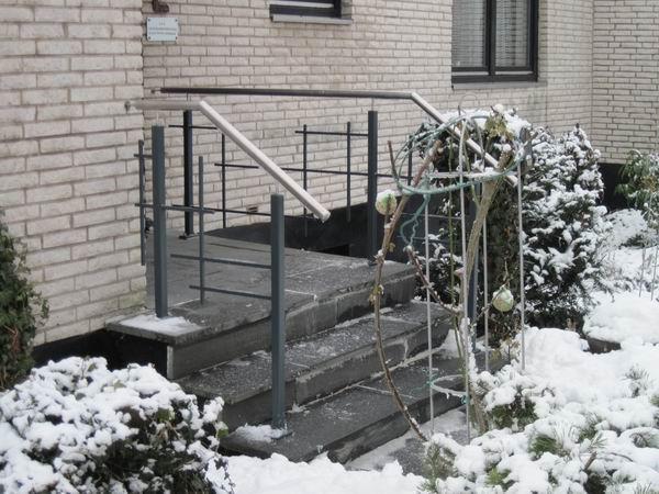 Geländer aus lackiertem Stahl mit einem Edelstahl Handlauf