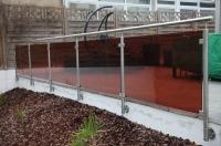 Terrassengeländer und Treppengeländer aus Edelstahl und farbigem Glas