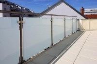 Edelstahl Geländer mit blickdichtem Glas