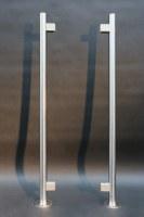 Rundpfosten mit Glashalterungen aus Edelstahl
