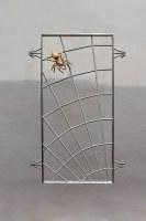 Spinnennetzgitter aus Edelstahl mit einer Spinne aus Bronze