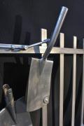 Tor aus Edelstahl mit einem Edelstahl Spaten als Türgriff und Riegel