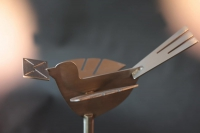Edelstahl Vogel mit einem Brief im Schnabel für einen Postkasten
