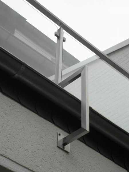 Balkongeländer aus Edelstahl Rechteckrohr mit Füllung aus Sicherheits Glas