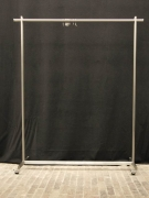 Die rollbare Edelstahl Garderobe aus hochwertigem, zeitlosen Edelstahl, verschraubt