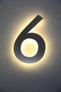 Aus Edelstahl gelaserte Hausnummer mit LED hinterleuchtet