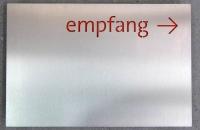 Gelasertes Edelstahlschild mit Acryl hinterlegter Schrift