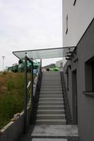 Eingangsüberdachung aus Glas und Stahl