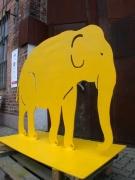 Farbig lackierte Elefanten aus feuerverzinktem Stahl