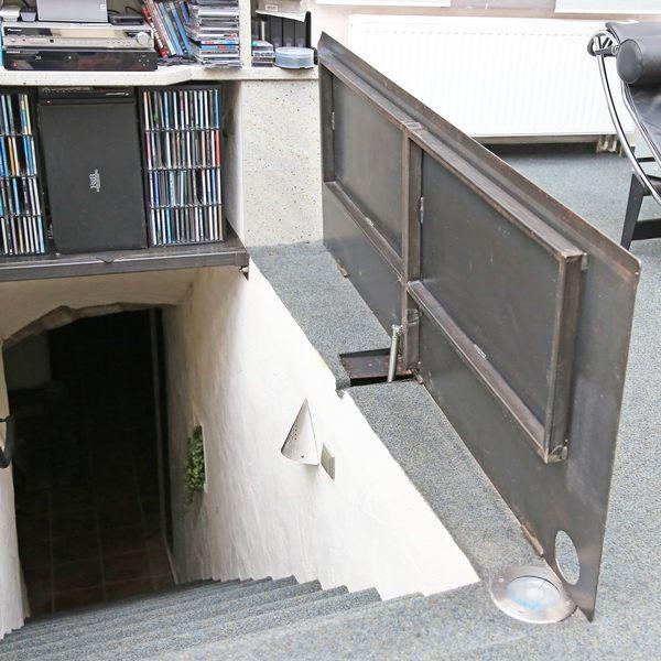elektromotorisch bedienbare kellerklappe. Black Bedroom Furniture Sets. Home Design Ideas