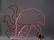 animierter Emu aus Rundeisen mit einem Elektrolumineszensschlauch nachgezeichnet