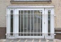 weiß lackiertes Fenstergitter aus Flachstahl 40 x 10 mm