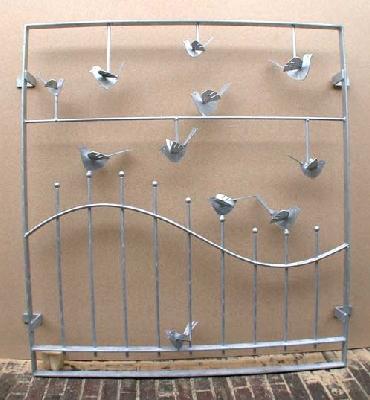 Fenstergitter mit verschieden großen Vögeln aus verzinktem Stahl