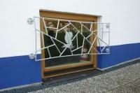 Fenstergitter mit Schmitzstruktur ein einem Segelboot als Schmuckelement