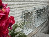 Feuerverzinktes Fenstergitter mit Schmitzstruktur aus 12 mm Rundstahl