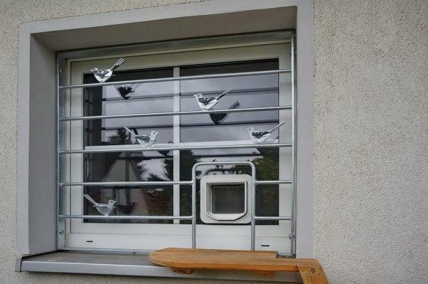 Fenstergitter mit einer Katzenklappe