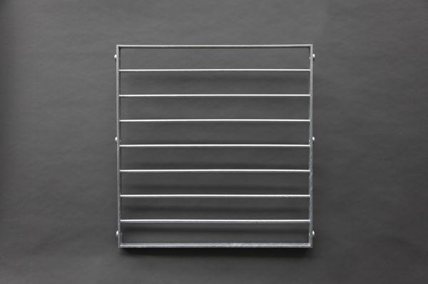 Fenstergitter aus feuerverzinktem Stahl mit waagerechten Verstrebungen