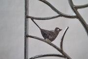 Kleines handgeschmiedetes Gitter mit einem Vogel