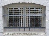 Fenstergitter aus Hespeneisen , die Gußspitzen folgen dem Rollverband