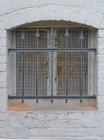 Einfache Fenstergitter, als Quergurte haben wir Hespeneisen eingesetzt