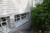 Fenstergitter aus verzinktem Stahl mit Schmitzstruktur