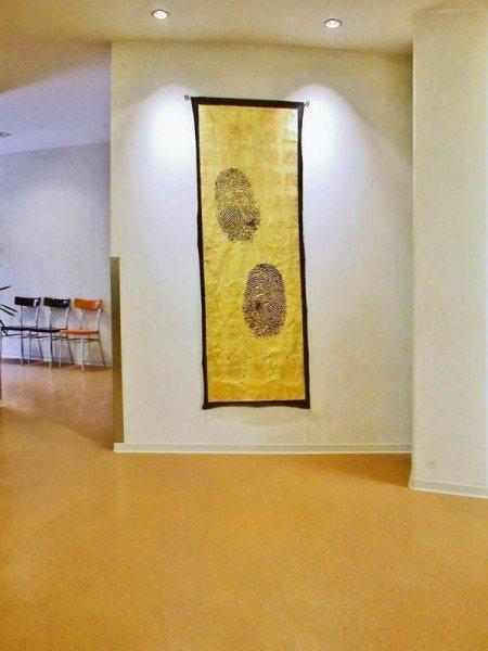 "Wandbehänge mit vergoldeten ""fingerprints"""