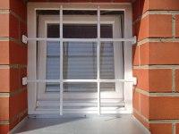 weiß lackiertes Fenstergitter