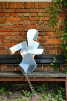 Sitzende Frau aus feuerverzinktem Stahl