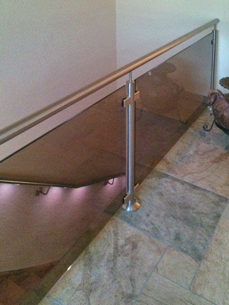 Edelstahl Glas Geländer mit einem LED Handlauf aus Bronzeglas