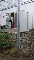 seitlicher Sichtschutz und Windschutz für ein Terrassendach