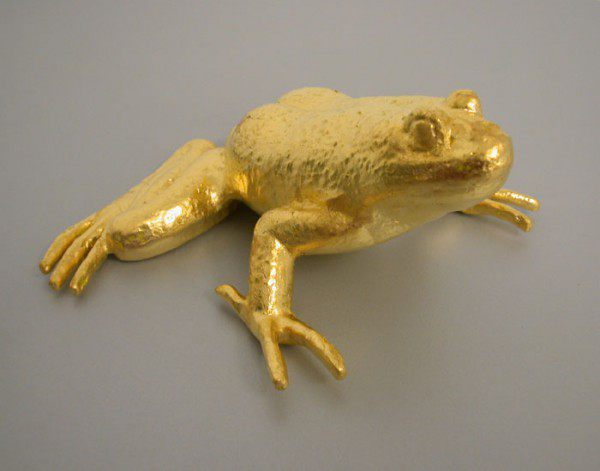 dekorativer Frosch, massiv in Aluminium gegossen und mit echtem Blattgold vergoldet