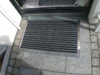 Fußmatte in Edelstahlrahmen, Füllung mit Aluprofil und Sauberlaufstreifen