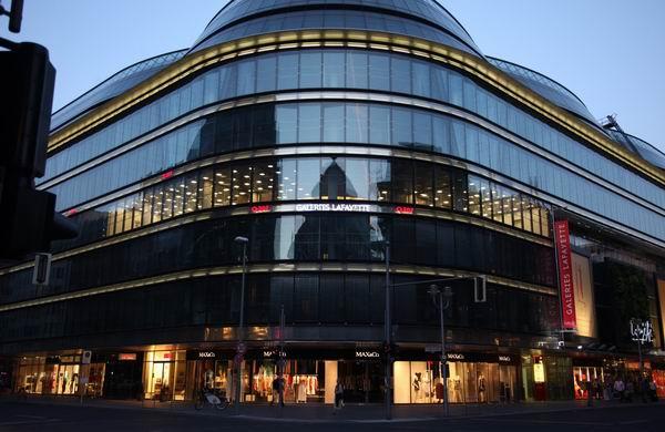 dynamisches Licht, Aussenansicht der Lichtinstalation im Q207, Galeries LaFayette in Berlin