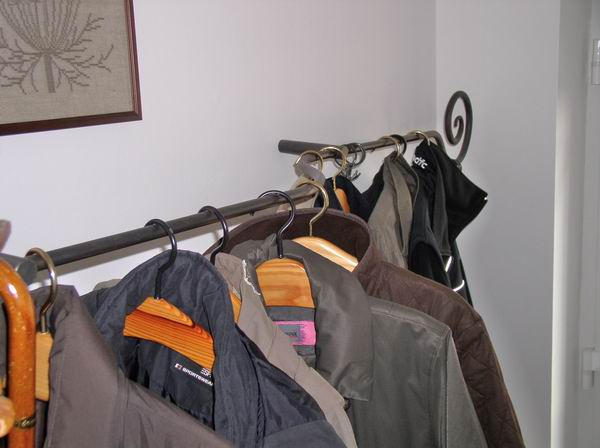 rustikale garderobe mit einem geschmiedetem abschlu. Black Bedroom Furniture Sets. Home Design Ideas