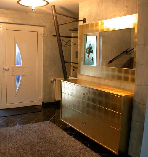 garderobe mit wandh ngendem schubladenschrank blattvergoldet. Black Bedroom Furniture Sets. Home Design Ideas