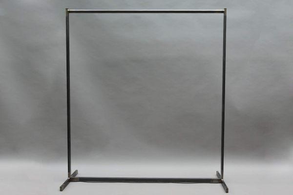 Geschweißte Garderobe aus Stahl mit Messingabrieb