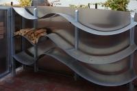 Holzregal als Welle aus verzinktem Stahlblech