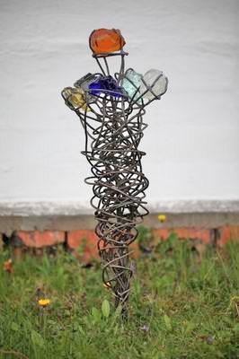 Gartenskulptur aus Stahl und farbigen Glasfragmenten