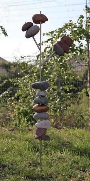 Skulptur aus Natursteinen und Stahl