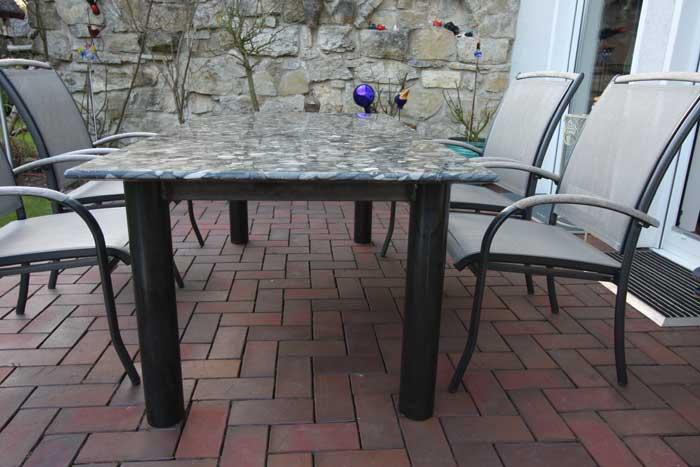 tisch aus stahl und einer millionen jahre alten natursteinplatte. Black Bedroom Furniture Sets. Home Design Ideas