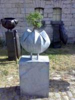 Pflanzengefäß aus verzinktem Stahl mit einem Bonsai
