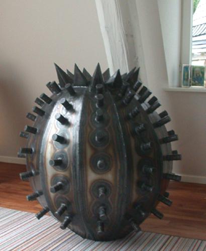 Gefäß aus Stahlblech mit vielen Stacheln